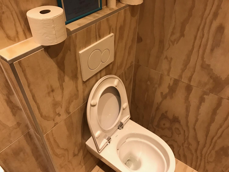 Toilette carrelage imitation OSB